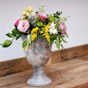 Copa-de-terracota-en-gris-empolvado-con-flor-de-temporada