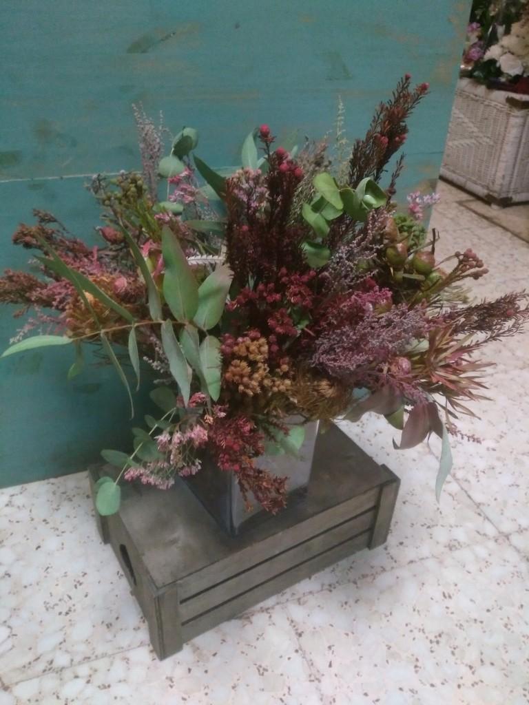 Centro decorativo con flores secas