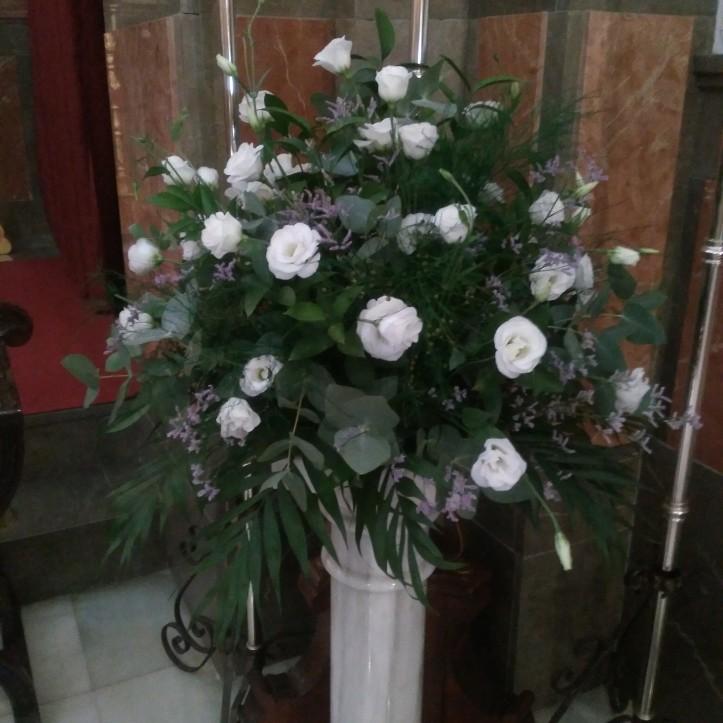 Centro de flores con lisianthus, limonium in verdes variados